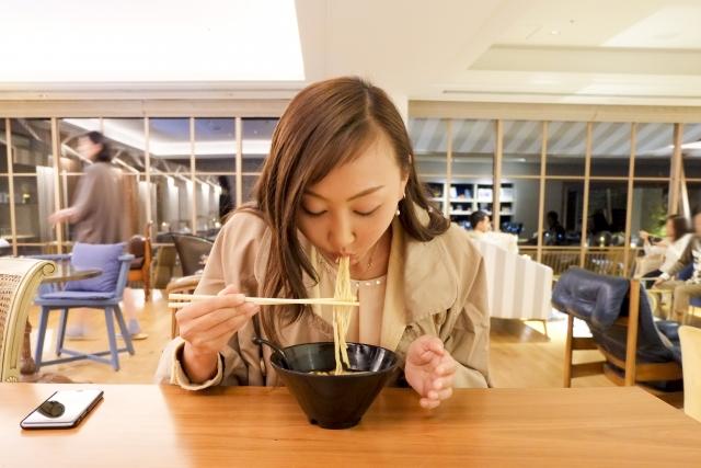 ラーメン食べる女性